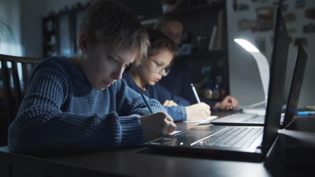 vídeos de stock, filmes e b-roll de crianças fazendo lição de casa - grupo pequeno de pessoas