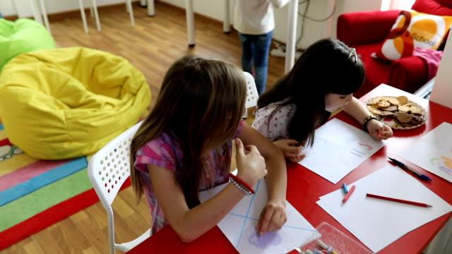vídeos de stock e filmes b-roll de kids drawing in private school - aluna da escola secundária