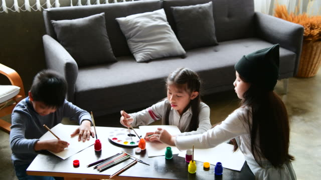 vídeos de stock e filmes b-roll de kids drawing together - material