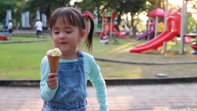 vídeos y material grabado en eventos de stock de los niños comen helado - frío