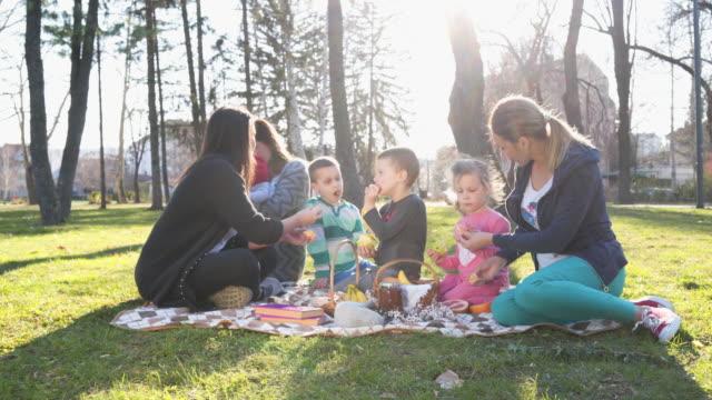 vídeos y material grabado en eventos de stock de los niños comiendo frutas entre jugar descansos - cesta