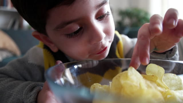 vídeos y material grabado en eventos de stock de niños comiendo - comida no saludable