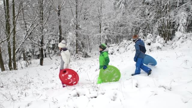 vídeos y material grabado en eventos de stock de niños disfrutando de trineos en invierno - tobogan
