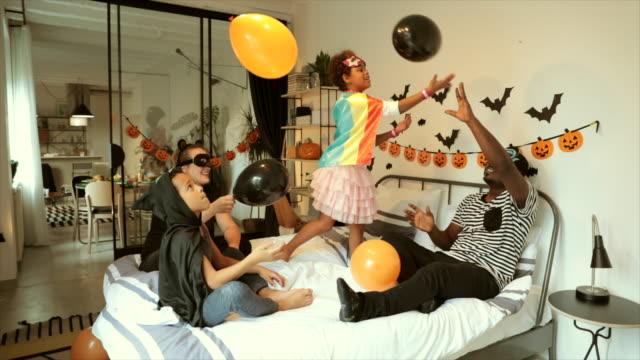 ハロウィーンシーズンを楽しむ子供たち - 扮装点の映像素材/bロール