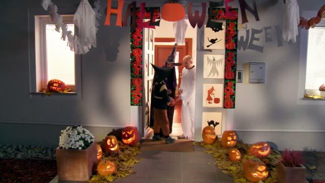 hd クレーン:お子様または treading を吹いてのハロウィーン - 扮装点の映像素材/bロール