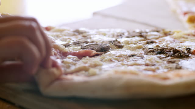 vídeos de stock e filmes b-roll de cu kid's hands grabbing piece of pizza - alcançar
