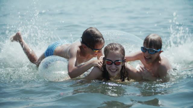 Crianças se divertindo no mar da Toscana