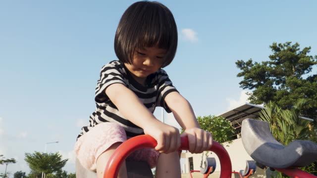 Kinderen met plezier op de speelplaats