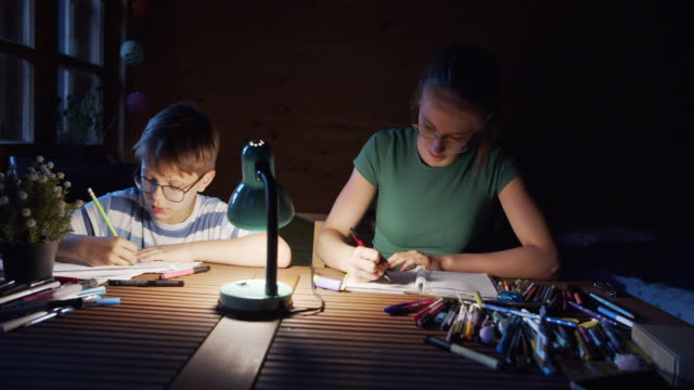 vídeos de stock, filmes e b-roll de crianças se divertindo desenhando em casa - electric lamp
