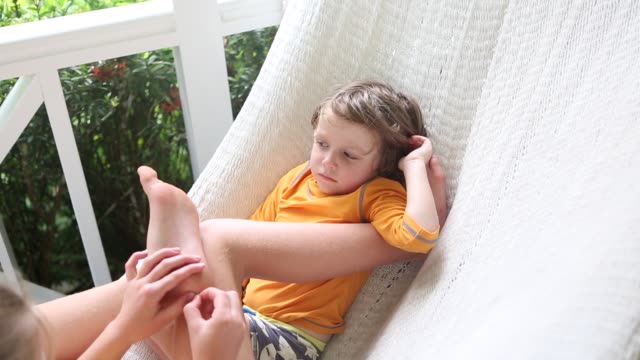 vídeos de stock e filmes b-roll de kids in hammock - descalço