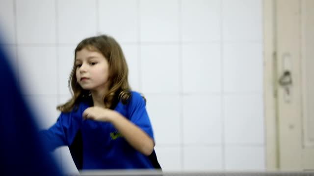 卓球の子供たち - カーテン レース点の映像素材/bロール