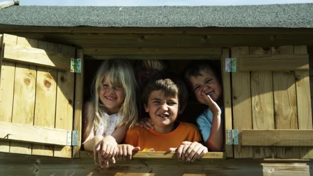 vídeos de stock, filmes e b-roll de crianças no tree house (foto em vermelho - treehouse