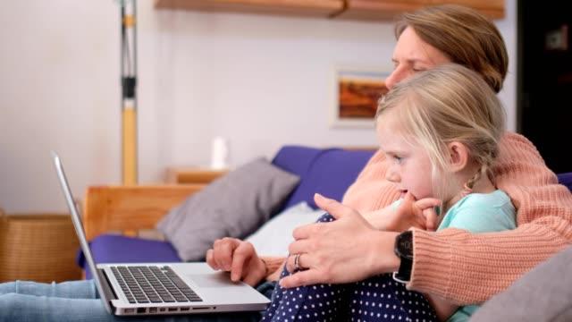 stockvideo's en b-roll-footage met jonge geitjes die thuis worden geïsoleerdn die schoolwerk met hun moeder doen - comfortabel