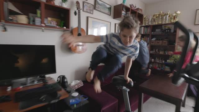 kinder springen und laufen zu hause während der covid-19-pandemie - moving image stock-videos und b-roll-filmmaterial