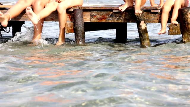 kinder auf einem pier (hd - menschliche gliedmaßen stock-videos und b-roll-filmmaterial