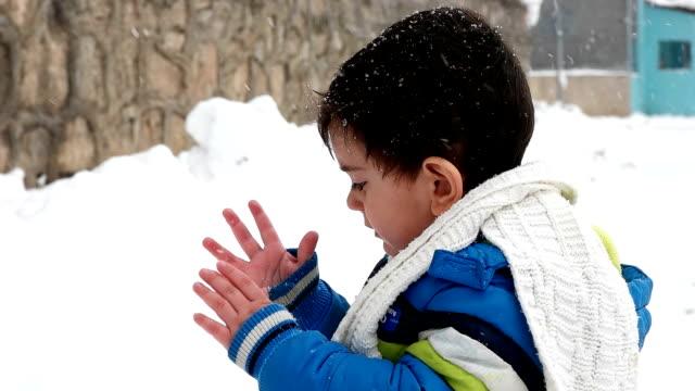 vídeos y material grabado en eventos de stock de niños en trineo. patín de los niños. diversión de la nieve de invierno. - varón