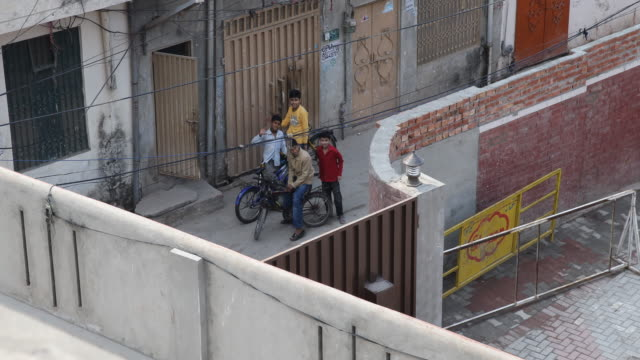 kids on the street waving to the camera seen from the top of saint mary's kids campus jesuit school - un giorno nella vita video stock e b–roll