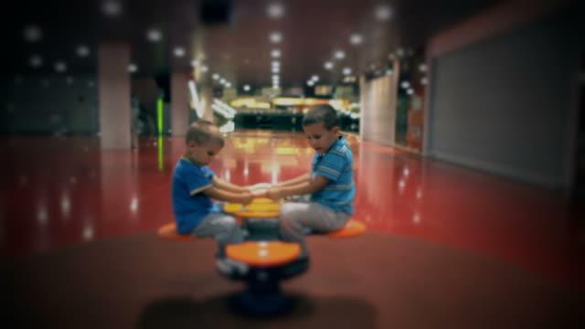 vídeos y material grabado en eventos de stock de niños en el teeter totter - balancín