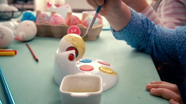 Bambini dipingere uova di Pasqua