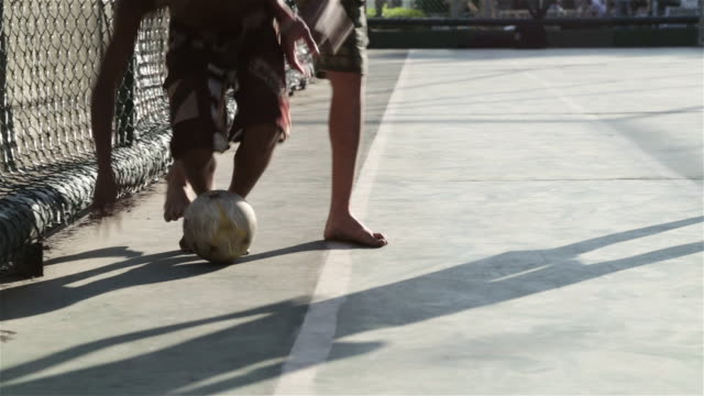 "stockvideo's en b-roll-footage met ""cu, pan kids play football in a favela / rio de janeiro, brazil"" - zuid amerika"