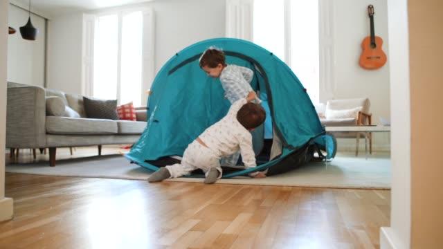 vidéos et rushes de gosses jouant à la maison avec une tente - messy room