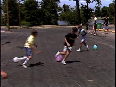 vídeos de stock, filmes e b-roll de kids playing balloon tag - brincadeira de pegar