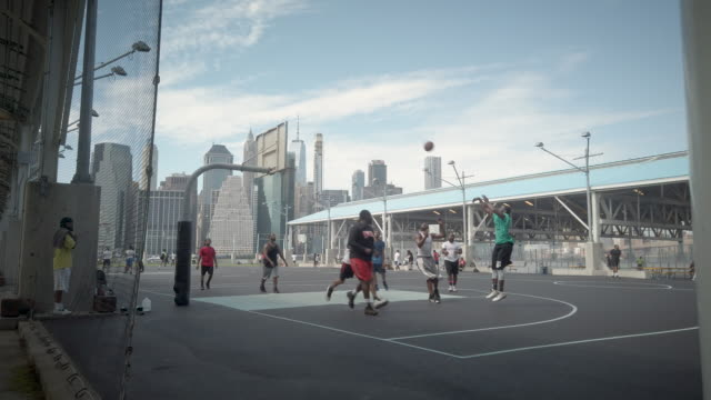vidéos et rushes de kids playing basketball at brooklyn bridge park during coronavirus reopening phase 4 when playgrounds were open again after months of state wide... - aire de jeux