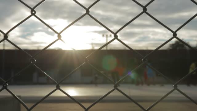 kinder spielen fußball - fußballplatz stock-videos und b-roll-filmmaterial