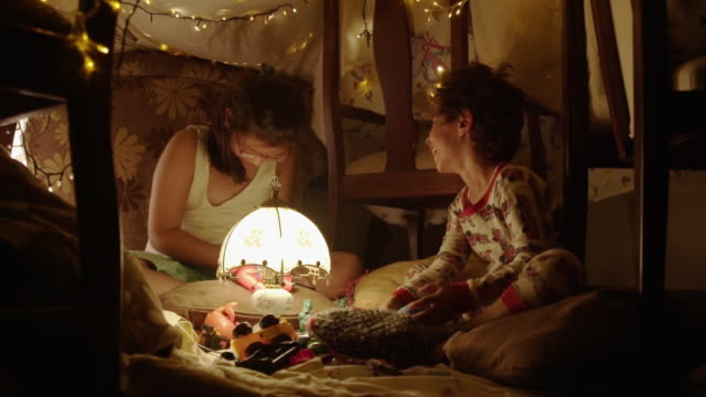vídeos de stock, filmes e b-roll de kids playing in living room - pouca luz