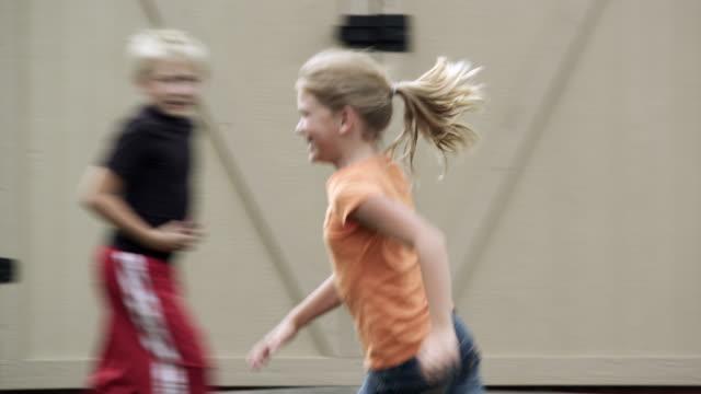 vídeos de stock, filmes e b-roll de kids playing in the backyard. - brincadeira de pegar