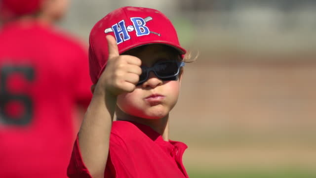 vídeos de stock, filmes e b-roll de kids playing little league baseball. - slow motion - hat