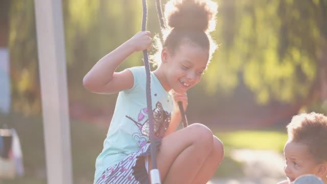 vídeos de stock, filmes e b-roll de crianças brincando ao ar livre - criança pré escolar