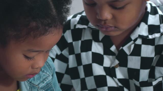 stockvideo's en b-roll-footage met kinderen spelen smartphone - arts culture and entertainment