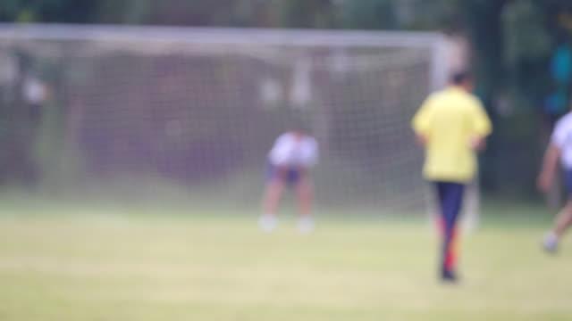 バンコク、タイでサッカーをしている子供たち。 - ゴールポスト点の映像素材/bロール