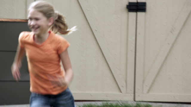 vídeos de stock, filmes e b-roll de kids playing tag in the backyard. - brincadeira de pegar