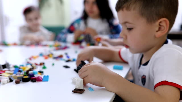 vídeos de stock e filmes b-roll de kids playing together - edifício de infantário