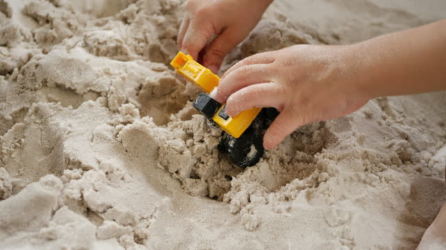 vídeos y material grabado en eventos de stock de niños jugando la construcción de juguetes en la arena - 2 kid in a sandbox