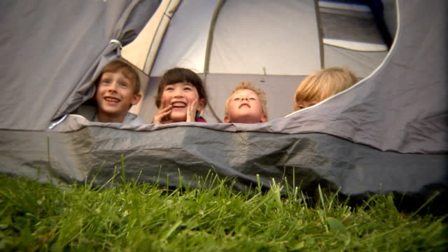 vidéos et rushes de ms kids popping up to look out over edge of tent/ bovina, new york - camping