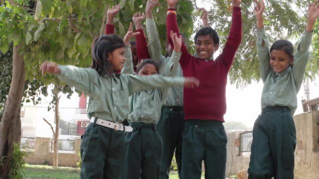 vidéos et rushes de kids raising their hands outdoor and smiling - moins de 10 secondes