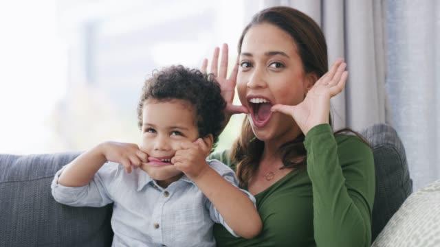 vídeos de stock, filmes e b-roll de as crianças lembram-nos de nos divertirmos - fazendo careta