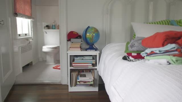 vídeos y material grabado en eventos de stock de ms kids room and bathroom, scarborough, new york, usa - globo terráqueo para escritorio