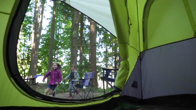 vídeos de stock, filmes e b-roll de kids running in to tent - cadeira dobrável