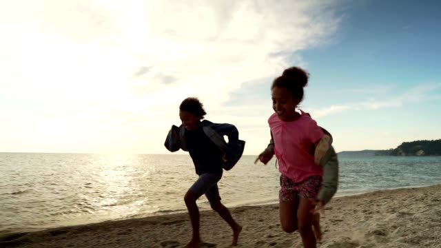 vídeos de stock, filmes e b-roll de miúdos que funcionam na praia - tropical climate