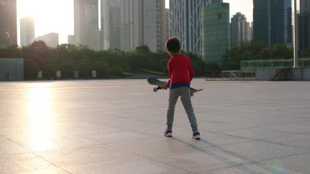 vídeos de stock, filmes e b-roll de skate de crianças - andar de skate