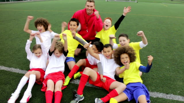 allegria calcio per bambini - calcio sport video stock e b–roll