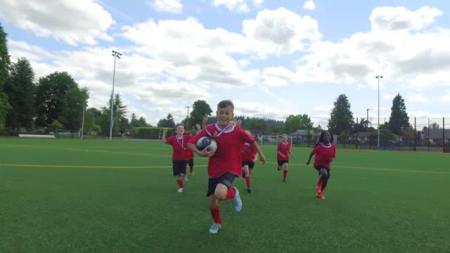 Kinder Fussballteam feiert nach einem Fußballspiel