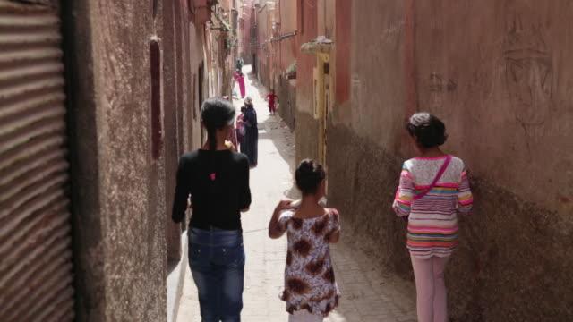 vidéos et rushes de kids walking down alley - maroc
