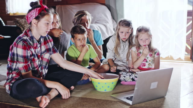 ds kids watching a movie on a laptop - teenage girl watching tv stock videos & royalty-free footage