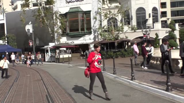 vídeos de stock, filmes e b-roll de interview kiersten warren on her birthday plans while shopping at the grove in los angeles at celebrity sightings in los angeles on november 03 2017... - the grove los angeles