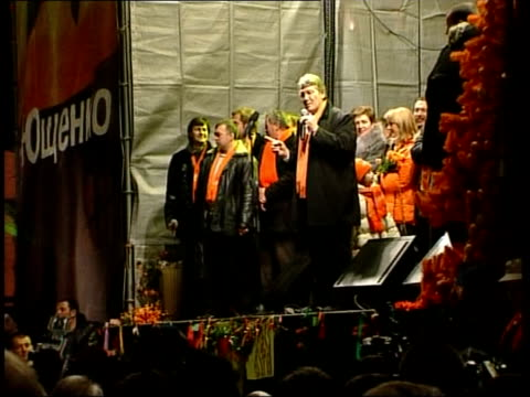 vidéos et rushes de pro-yushchenko opposition party supporters chanting 'yushchenko' sot opposition party supporters in independence square viktor yushchenko speaking on... - ukraine